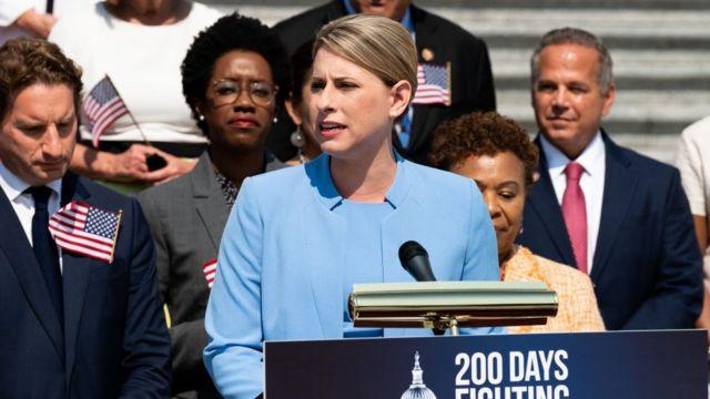 Katie Hill hablando frente al Congreso.