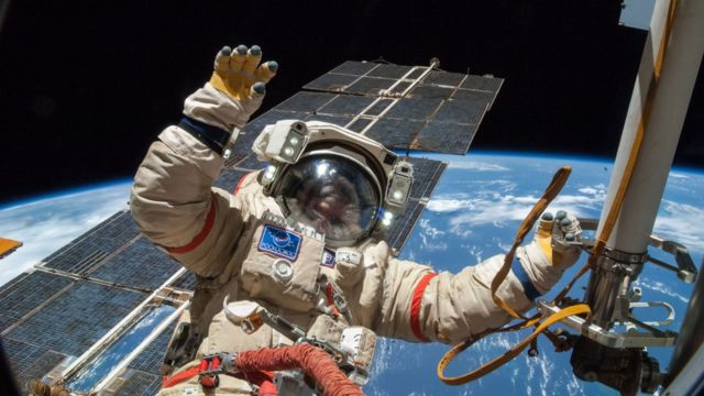 2014年,俄国宇航员亚历山大·斯科沃佐夫(Alexander Skvortsov)穿着奥伦太空服在国际空间站舱外