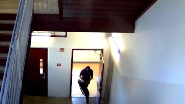 Cruz entrando en un edificio