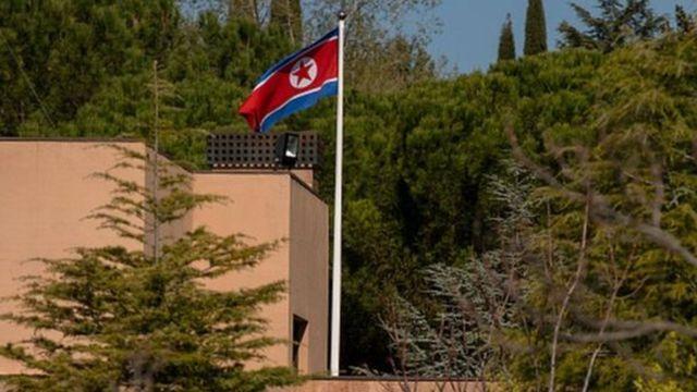 စပိန်က မြောက်ကိုရီးယားသံရုံးထဲကို ဝင်ရောက်စီးနင်းပြီးကွန်ပျူတာနဲ့ ဟက်ဒ်ထရိုက်တွေကို ခိုးယူခဲ့ကြပါတယ်။