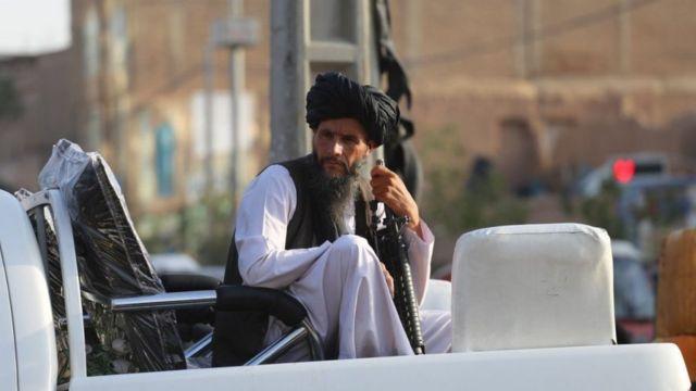 Um soldado do Talebã patrulhando Herat, Afeganistão, 18 de agosto
