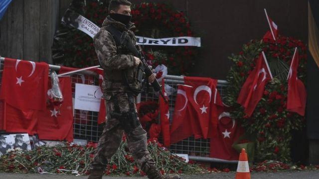 جندي تركي بالقرب من موقع الحادث