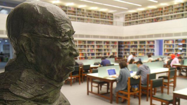 香港中文大学新亚书院钱穆图书馆内之钱穆铜像