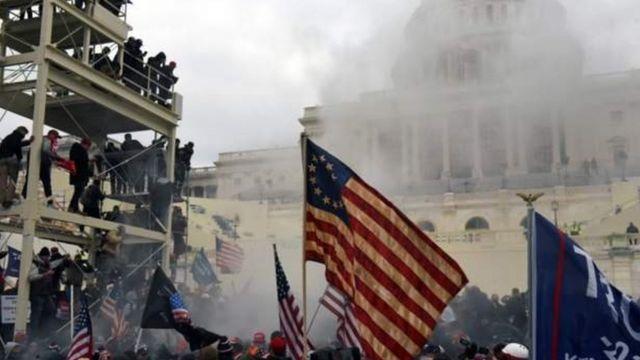 Pendukung Trump mengamuk dan menyerbut Gedung Capitol.