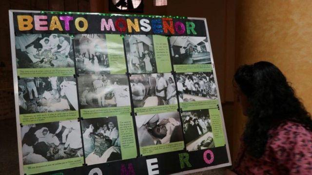 Cartel con cronología de la vida de monseñor Romero.