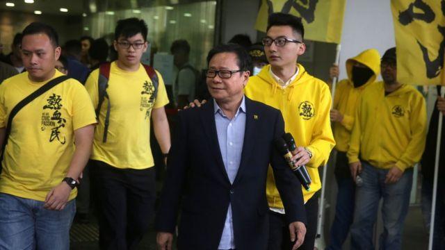 立法会议员黄毓民与支持者