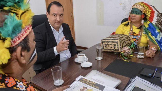 O presidente da Funai em reunião com líderes guajajara