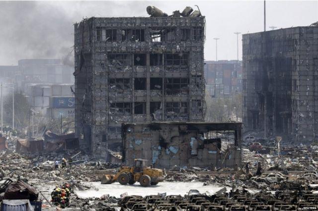 天津・浜海地区の爆発現場では建物や自動車が破壊されたのが見える。2015年8月13日。