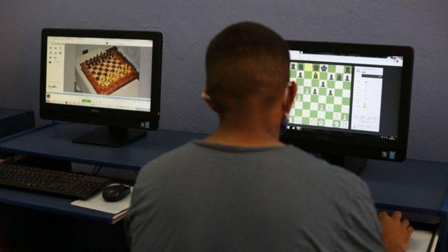 Interno da Fundação Casa jogando xadrez em computador