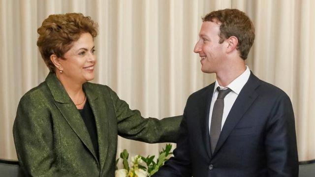 Foto reproduzida no perfil de Mark Zuckerbeg mostra Dilma e fundador do Facebook juntos