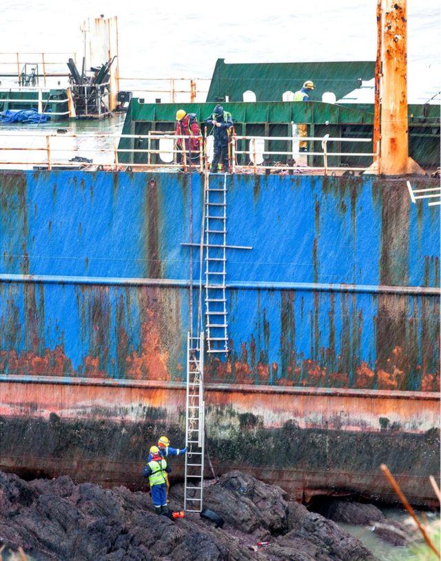 Funcionários do condado de Cork abordam o barco