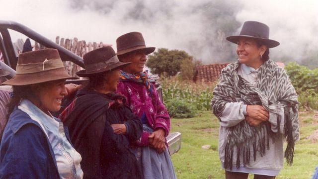 Tarcila Rivera con un grupo de mujeres