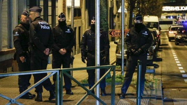 ブリュッセル・モレンベークでテロ関連の捜査を続ける警官たち(30日)