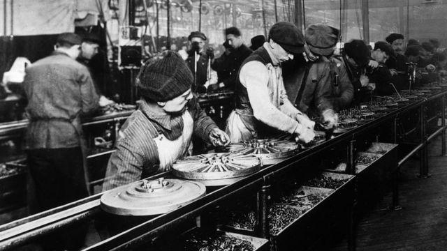 Producción de aros en la planta de motores de Ford en Highland Park, Michigan; 1914.