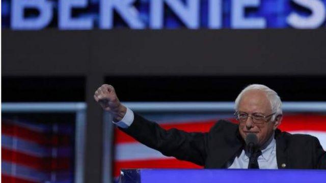 民主党大会でクリントン氏支持を呼びかけるサンダース氏(25日)