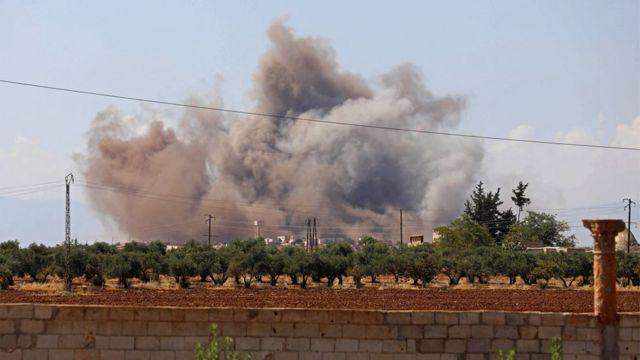 """طائرات سورية وروسية """"تشن أعنف غارات على إدلب منذ أسابيع"""""""