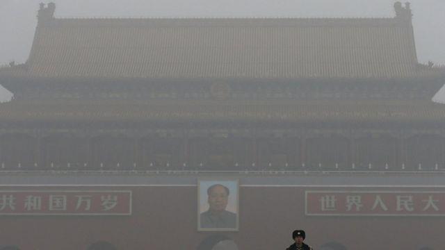 スモッグと霧にかすむ北京の天安門広場(1日)