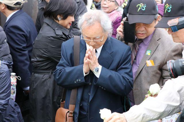 獻花儀式上許多人雙手合十,替過去亡故的長輩致意
