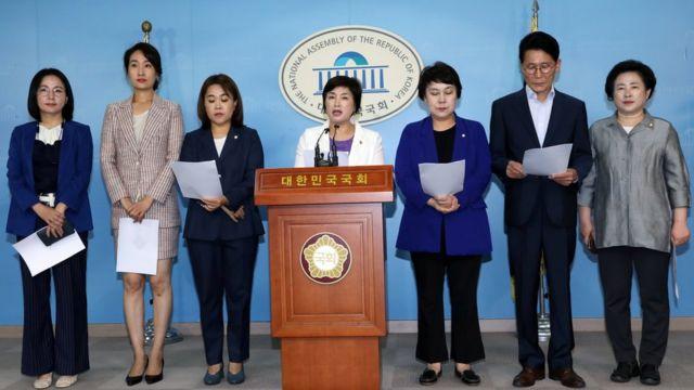 국회 여성가족위원회위원들이 22일 국회 정론관에서 각 상임위별 미투(Me too) 관련 법안 처리를 촉구하고 있다