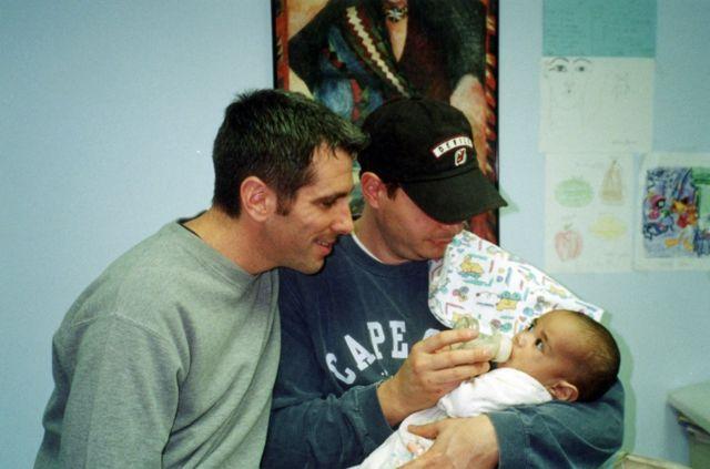 Danny y Pete recogieron a Kevin de la agencia de adopción el viernes 22 de diciembre de 2000.