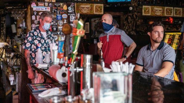 Personas en un bar en Texas.