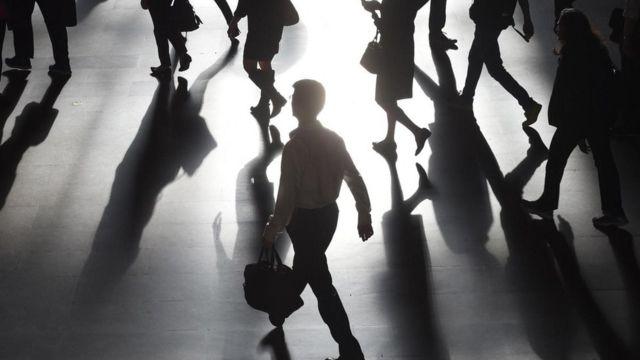 أشخاص يسيرون في محطة للقطار