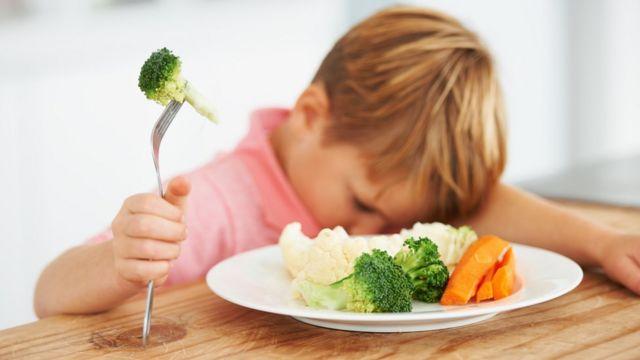 Criança que não quer comer verduras