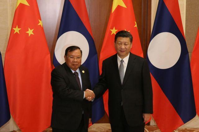 """นายบุนยัง วอละจิด ประธานประเทศลาว กับประธานาธิบดี สี จิ้นผิง ของจีน ระหว่างการประชุมสุดยอดว่าด้วย """"เส้นทางสายไหมใหม่แห่งศตวรรษที่ 21"""" หรือ One Belt, One Road-OBOR"""