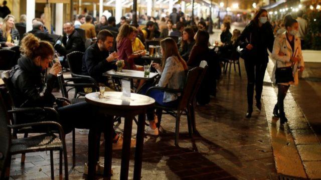 Pesssoas em restaurante na França
