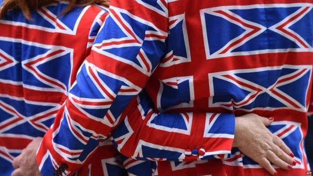 Una pareja con trajes con los colores de la bandera británica