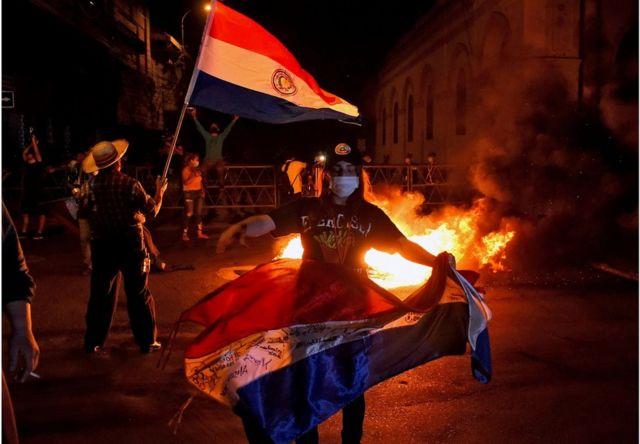 巴拉圭民众举行示威,抗议当局防疫不力。
