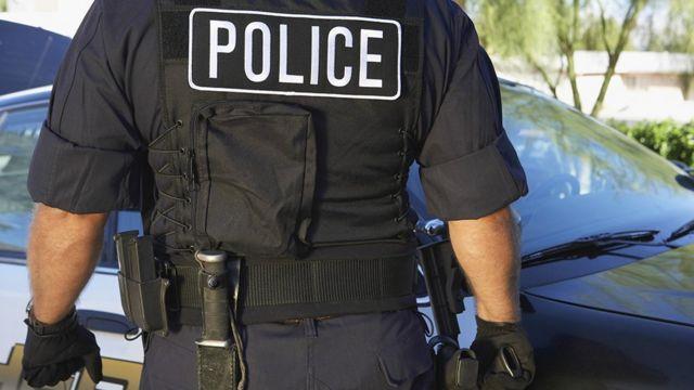 Policía de espaldas.
