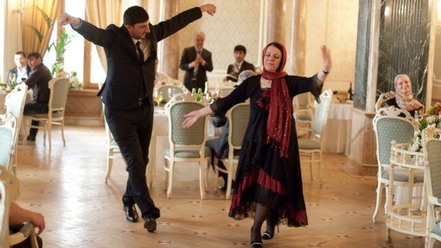 Кадр из сериала: Рустам со своей матерью танцует лезгинку