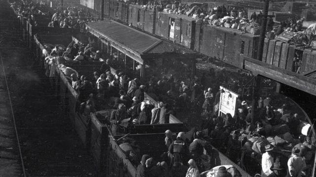 1950年12月29日,朝鲜战争期间的韩国难民在东南部城市大邱的车站上