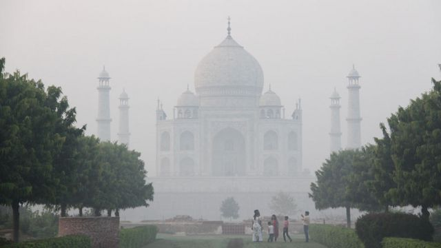 O Taj Mahal encoberto por uma camada de ar densa e branca