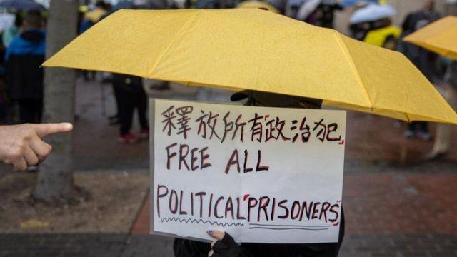 香港律政司,立即提出覆核批准保釋決定,15名被告因此被繼續還押,引起輿論嘩然。