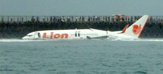 2013 मध्ये लायन एअरची फ्लाईट 904 बालीच्या विमानतळावर लँड करताना समुद्रात क्रॅश झाली होती.