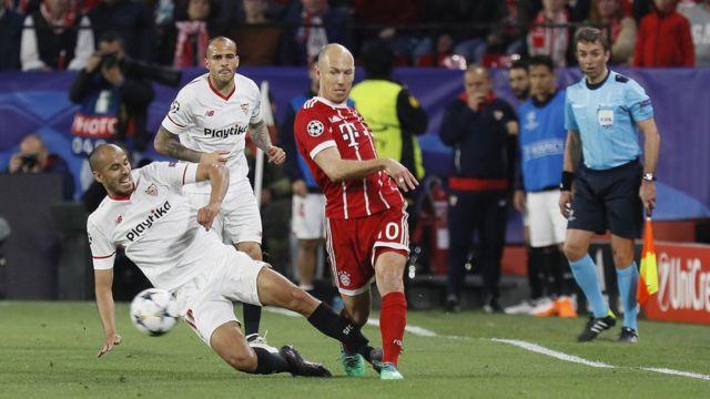Jugadores del Sevilla y el Bayern disputan la pelota.