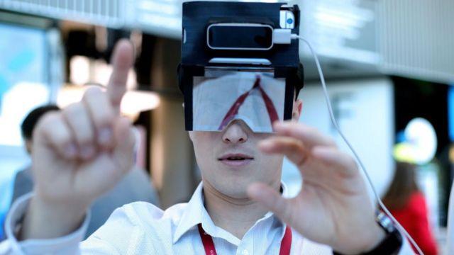 Sanal gerçeklik gözlüğü kullanan bir kişi