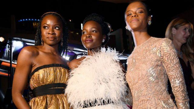"""Les actrices de """"Black Panther"""" sur le tapis rouge. Le film a remporté 3 Oscars la nuit dernière."""