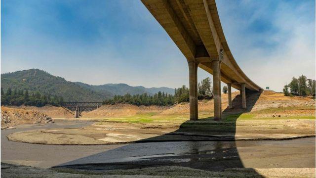 O leito seco do Lago Shasta na Califórnia