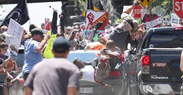 極右集会に抗議する人たちの中に突入する車に大勢がはねられた
