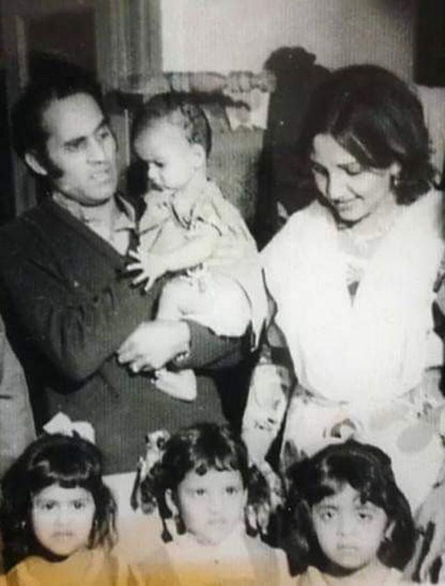 منور ظریف اپنی اہلیہ بلقیس بیگم اور بیٹیوں عائشہ اور فائزہ کے ہمراہ