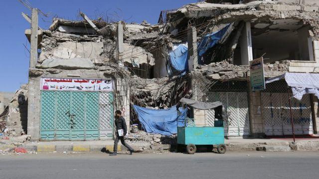 في الصورة مبنى المدرسة مدمر