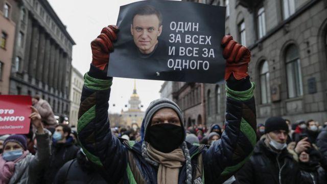 демонстрант в Санкт-Петербурге с плакатом с изображением Навального