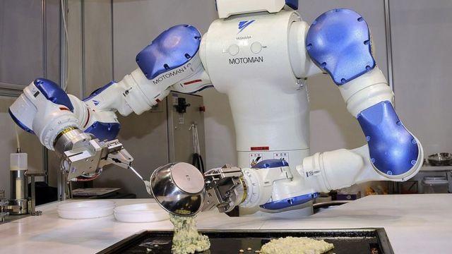 Robot služi hranu