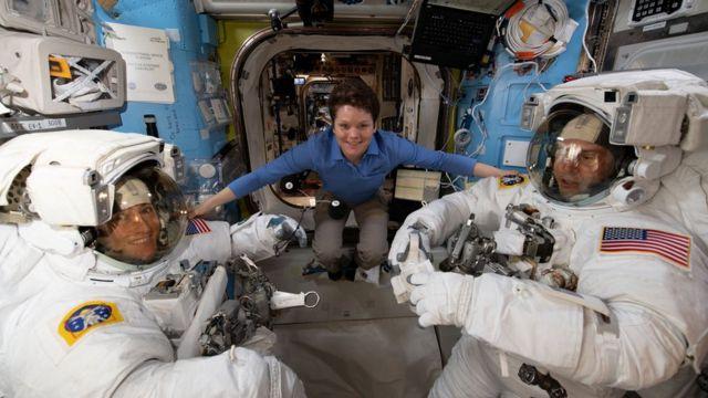 安妮·麥克萊恩(Anne McClain)在太空站內與同事們一起