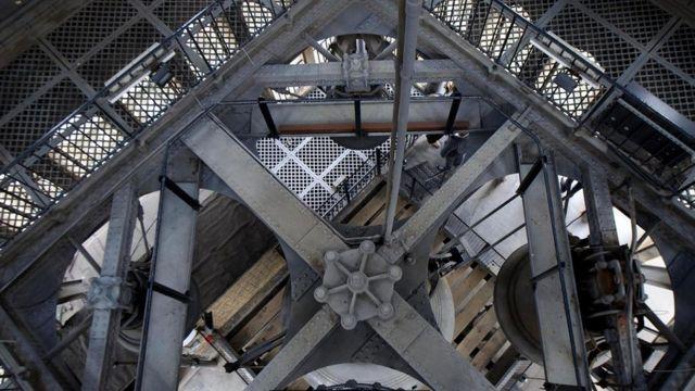 Большой колокол, известный как Биг-Бен, и три четвертных колокола, вид сверху