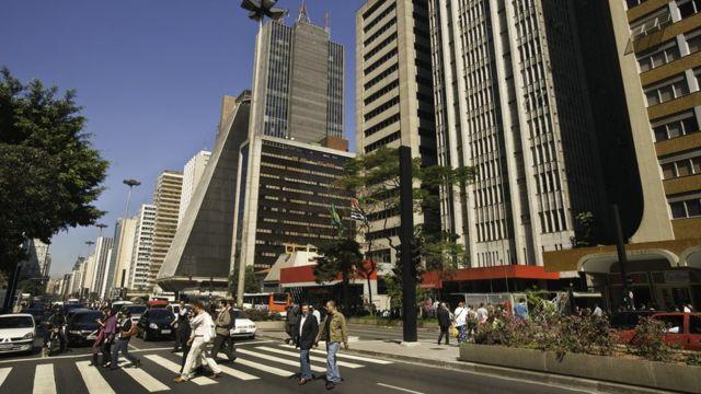 Avenida Paulista com sol