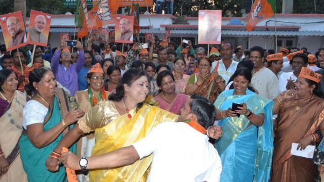 भाजपा की जीत का जश्न मनाते उसके कार्यकर्ता.